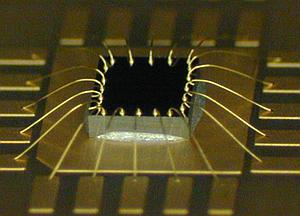 Eksempel på chip montert med bonding wires